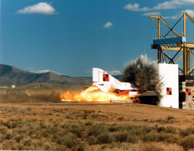 F-4 Phantom 132270_45589462_fighter_jet_smashes_into_a_wall-0002