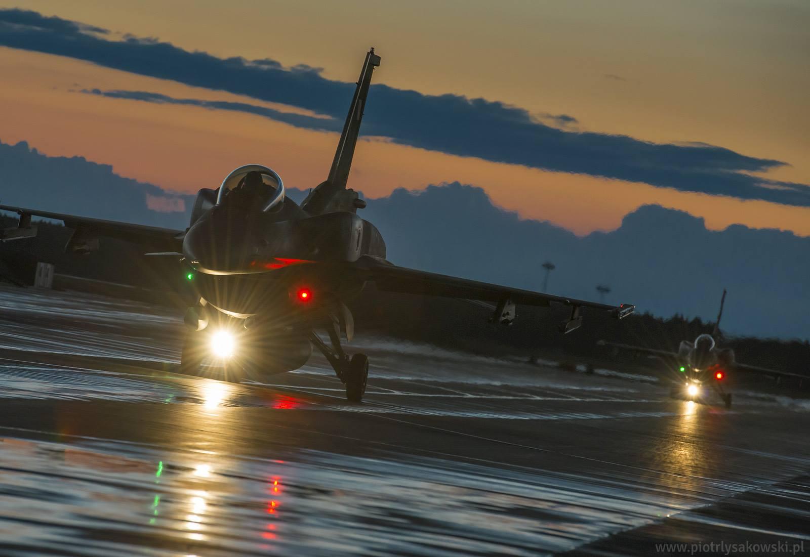 F-16 Fighting Falcon - Page 6 143473_352179760_10623941_760285490695525_2399340556681583669_o